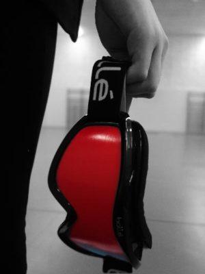Gros plan du masque de torball, en noir et blanc, seul écran ressort en rouge