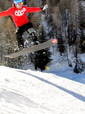 Patrice Barratero en plein saut sur son snowboard