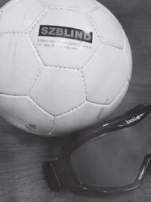 Gros plan d'un ballon d'un ballon et du masque de torball, en noir et blanc